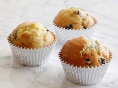 Fresh Weekday Muffins : Freeze muffin batter in foil-lined muffin papers. Bake a few while you take a shower, and pretend you are in a commercial as you emerge, dressed in a business suit, to a fresh warm muffin for breakfast. Easy Meal Prep, Easy Meals, Freeze Muffins, Toaster Oven Recipes, Oven Cooking, Cooking Recipes, Eating Raw, How To Cook Pasta, Food Hacks