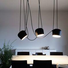 Luce efficiente e orientata sopra il tavolo. Anche l'occhio vuole la sua parte :)