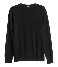 Schwarz. Pullover aus weichem Baumwollfeinstrick. Modell mit Rundausschnitt und langem Arm.