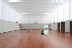 New sport hall for the school complex in the center of Uster.  <i>Der Auftrag resultiert aus einem Projektwettbewerb im Jahre 2008. Die bestehende Schulanlage im Zentrum von Uster wird mit einem markanten Solitärbau ergänzt. Isolierende, lichtdurchlä...