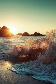 #geluksmoment: Geruis van de golven - Iedereen heeft andere associaties bij de zee, maar van het ruisen van de golven worden we allemaal even zen. Als je dus even niet aan yoga of mediteren toekomt, heb je een enkel het geluid van de zee nodig.