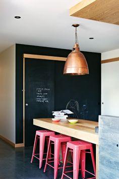 Krijtbord muur en roze krukken