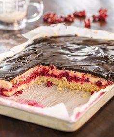 Im EDEKA Schneewittchenkuchen finden sattrote Früchte, dunkle Schokoladenglasur und helle Buttercreme zu einem wahren Geschmacksmärchen zusammen!