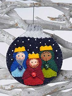 Felt Crib, Christmas Ornaments Felt, Christmas Ornaments … – For Pregnant Women Nativity Ornaments, Nativity Crafts, Christmas Projects, Felt Crafts, Holiday Crafts, Diy Ornaments, Felt Projects, Beaded Ornaments, Christmas Sewing
