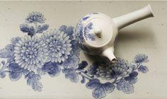 청화국화문다기 (Chrysanthemum teapot) by Korean potter Ahn Chang-ho. #KoreanCeramics