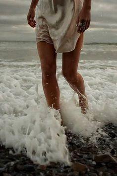 """Cuando camino por la playa y huelo el agua salada, oigo las olas estrellandose contra la costa, y siento la arena granular bajo mis pies, no puedo dejar de darme cuenta por qué estoy aquí en esta tierra verde """" Wendy Joubert, bruja del mar"""