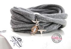 www.andreatraub.com/shop/armband-gewickelt-aus-stoff-in-hell-grau-mit-schonem-anhanger-stern-und-perle-wickelarmband-stoffschmuck-fur-frauen/  Armband gewickelt aus Stoff in hell grau mit schönem Anhänger Stern und Perle, Wickelarmband Stoffschmuck für Frauen