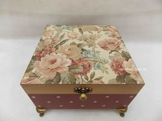 Decoupage Vintage, Decoupage Box, Cute Crafts, Diy And Crafts, Shabby Chic Boxes, Altered Boxes, Vintage Box, Treasure Boxes, Diy Candles
