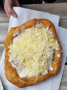 Ουγγρικό τηγανητό ψωμί για όλα τα κέφια Hungarian Cuisine, Hungarian Recipes, Hungarian Food, Slovak Recipes, Ukrainian Recipes, Soft Flatbread Recipe, Oktoberfest Food, Homemade Dinner Rolls, Austrian Recipes