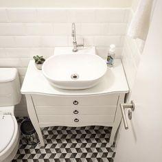 Black & White▪️▫️. Com tanta coisa pra mobiliar/decorar na casa esse banheiro acabou meio abandonado, coitado. Ele ainda não tem espelho! Desde o começo pensei em colocar um espelho Adnet, mas estou a aberta a novas ideias também. Alguma sugestão?? 🙂💡✨ .  #banheiro #bathroom #pretoebranco #blackandwhite #decoração #decor #meumoveldemadeira
