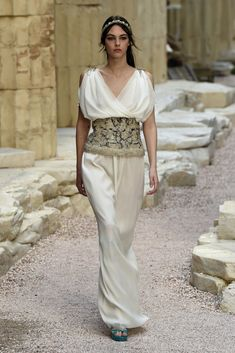 Runway Resort Karl Lagerfeld took us on a Grecian Isles getaway with Chanel Greek Fashion, I Love Fashion, Fashion News, Luxury Fashion, Fashion Design, Runway Fashion, Chanel Cruise, Chanel 2017, Greek Chiton