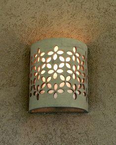 מנורת קיר מקרמיקה בעבודת יד, בגוון אפור טבעי (ללא גלזורה). מידות רוחב 18 ס''מ, גובה 22 ס''מ, עומק 8 ס''מ. האור מתפזר כלפי מעלה ומטה וכן דרך העלים שבדוגמה. ניתן להזמין בצבעים ובכמויות שונות. כרגע קיים במלאי רק בצבע שמנת. Ceramic Clay, Ceramic Pottery, Ceramica Exterior, Tea Lights, Wall Lights, Lampe Applique, Pottery Houses, Creative Lamps, Ceramic Light
