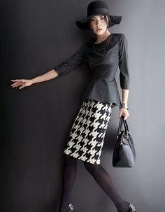Die Trendbluse in femininer Silhouette kombniert mit angesagtem Hahnentritt-Muster
