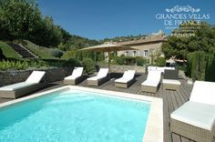 VILLA LACOSTE (Lacoste) - Prachtige mas met privé zwembad en aangelegde tuin van 2,3 ha, gelegen aan de voet van het dorp Lacoste. Deze zeer mooie 18de eeuwse mas werd volledig gerenoveerd en zeer mooi ingericht. U kan genieten van een prachtig zicht op de Luberon-vallei, de Mont Ventoux en de Provençaalse dorpjes Bonnieux en Lacoste. Met zijn 5 slaapkamers met ensuite badkamers, is deze vakantievilla geschikt voor 10 personen.