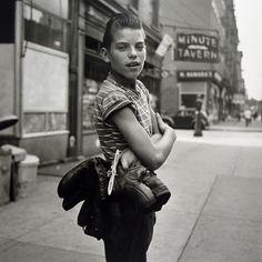 Nata a New York, Maier ha vissuto in Francia prima di ritornare nella città natale, nel 1951, e da lì trasferirsi a Chicago nel 1956. Maier lavorava come bambinaia, ma nei momenti liberi esplorava le strade con la sua macchina fotografica, mostrando una grande curiosità per gli oggetti di tutti i giorni e per i passanti che incrociavano il suo sguardo, catturando fisionomie, atteggiamenti, particolari nell'abbigliamento.   In questa foto: Senza titolo, 3, settembre 1954.