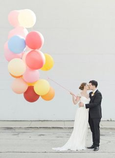 Séance Photo engagement en tenues de mariage avec des ballons colorés