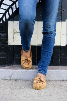 """Aprender a hacer ganchillo zapatos con suelas flip flop con este patrón de crochet libre y mocasín video tutorial!  Estos mocasines de ganchillo hacen los zapatos o zapatillas súper cómodas de las mujeres y se pueden personalizar como desee.  Hecho de Lion Brand 24/7 algodón de color """"camello"""".  granos de la semilla añaden el toque boho perfecto!"""
