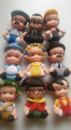 Personnages en groupe femmes et hommes Polymer Clay Halloween, Fimo Clay, Diy Cake Topper, Birthday Cake Toppers, Sugar Animal, Clay Magnets, Wedding Gift Wrapping, Mexican Crafts, Clay Baby