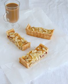 Apple berry almond tart / Torta de amêndoa, frutas vermelhas e maçã by Patricia Scarpin, via Flickr
