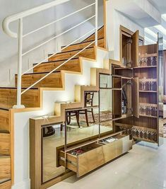 Aproveitar em baixo da escada é essencial !!!  Perfeito amei o jogo de espelhos formando a paginação das gavetas!
