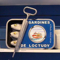 """""""Philippe Balayn"""" Peintre et sculpteur, Philippe Balayn réalise des bas relief surdimensionnés et humoristiques, comme cette boîte de sardine géante."""
