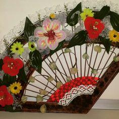 Ventaglio di carta con fiori di nylon