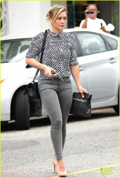 Hilary Duff Wears Grey Skinny Jeans to Show Off Fit Figure: Photo Hilary Duff shows off her assets in grey skinny jeans while doing some shopping at MAC cosmetics on Monday (July in West Hollywood, Calif. Hilary Duff Style, Grey Skinny Jeans, Girl Fashion, Womens Fashion, The Duff, Black Handbags, Chanel, Ideias Fashion, Celebrity Style