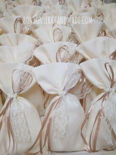 Μπομπονιέρα γάμου - Χειροποίητο πουγκί με καφέ σατέν κορδελάκι και δαντέλα. Η τιμή συμπεριλαμβάνει το Φ.Π.Α. και 5 κουφέτα αμυγδάλου Χατζηγιαννάκη Homemade Wedding Favors, Wedding Favours, Diy Wedding, Wedding Ideas, Packing Ideas, Confetti, Henna, Wedding Planning, Packaging