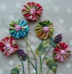 Nice idea, embroidered flower leaves and stems, yo-yo petals with button centers. Flower Crafts, Diy Flowers, Crochet Flowers, Fabric Flowers, Quilting Projects, Sewing Projects, Quilting Designs, Fabric Crafts, Sewing Crafts