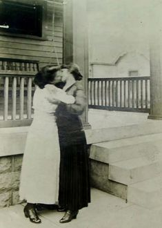 Here is an interesting collection of adorable vintage photos that captured ladies showing affection toward other ladies.