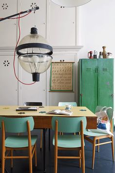 room style / love those vintage chairs honey wood + green / for more inspiration style industriel