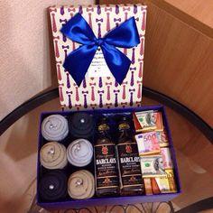 Мужская коробочка счастья, состав: 3 пары носков, 2 мини бутылочки виски, шоколадки в виде купюр