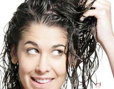 Si tienes cabello grasoso: Vierte un sobre de gelatina sobre un recipiente. Añade, a continuación, una cucharada de miel y agua tibia. Remuévelo hasta que conseguir la mezcla. Seguidamente has de agregar el jugo de un limón y un huevo. Mézclalo, nuevamente y déjalo reposar. Una vez te has lavado el cabello aplícate esta mascarilla y déjala reposar durante cinco minutos. Por último, enjuaga tu pelo con abundante agua.