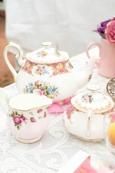 Match the flowers to the china - tea party Tea Cup Saucer, Tea Cups, Tiffany Glass, Teapots And Cups, Tea Service, My Cup Of Tea, Chocolate Pots, High Tea, Afternoon Tea