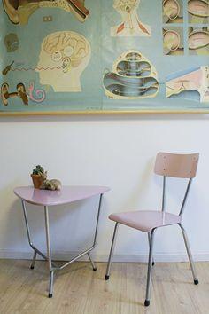 Retro slaapkamer set uit de fifites. Vintage tafel met stoel Auping?   Kekke meubels   Flat Sheep