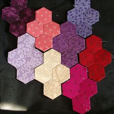 Vintage Threads Inc.: Tutorial on English Paper Piecing : Grandmother's Flower Garden border idea Hexagon Patchwork, Hexagon Quilt, Square Quilt, Quilting Tips, Quilting Tutorials, Quilting Projects, English Paper Piecing, Paper Piecing Patterns, Quilt Patterns