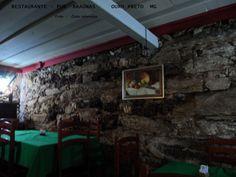 Restaurante-Pub Braúnas em Ouro Preto ,MG,BR. Localizado na Praça Tiradentes,bem no centro da cidade. Entrada descendo uma escadinha pois fica abaixo do nível da rua. Decoração rústicas. Comida regional ,gostosa . À noite pode haver música ao vivo.