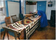 I would love to see Amish women sit around a quilting frame, working away, but visiting at the same time. Amische Quilts, Star Quilts, Amish Country, Country Life, Country Kitchen, Country Living, Quilting Frames, Hand Quilting, Quilting Ideas