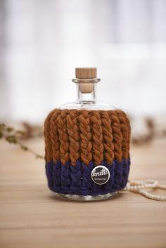 Gehäkelter Mantel für Flaschen und Vasen / crocheted bottle warmer by Knitti-Wollsachen via DaWanda.com