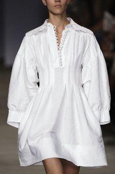 Chloé at Paris Fashion Week Spring 2006 Chloé at Paris Fashion Week Spring 2006 - Details Runway Photos White Fashion, Paris Fashion, Runway Fashion, Fashion Models, New Fashion Clothes, Fashion Dresses, Moda Fashion, Womens Fashion, Fashion Fashion