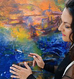 Azul grego! Veja como a beleza do mar inspirou a artista Angela Petrova a criar Greek Blue, obras em exposição até o mês de outubro, em Amorgos, Grécia.