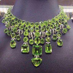 Peridot and Diamond High Jewelry Necklace I Love Jewelry, Gems Jewelry, High Jewelry, Body Jewelry, Jewelry Necklaces, Jewelry Design, Luxury Jewelry, Diamond Necklaces, Bling Jewelry