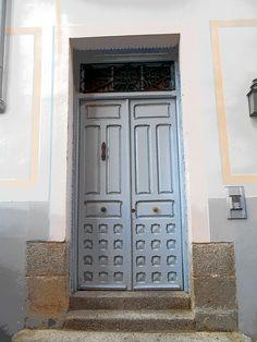 Puerta de edificio de centro histórico.