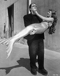 "Peabody and the Mermaid"" was shooting near a set where ""Abbott and Costello Meet Frankenstein"" was filming. Tourists were shocked to see Glenn Strange's Frankenstein Monster having lunch with Ann Blyth in her fishtail costume. Horror Vintage, Retro Horror, Weird Vintage, Ann Blyth, Dark Romance, The Frankenstein, Abbott And Costello, Frankenstein's Monster, Monster Mash"