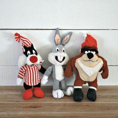 Trio Peluche Looney Tunes 1992, 80s Tv show, Peluche Bugs Bunny, Peluche Sylvester, Peluche Taz, Jouet Mcdo, Cadeau enfant, Cadeau noel de la boutique PastelEtPixel sur Etsy Bunny Plush, Cute Plush, Bugs Bunny, Looney Tunes, Sylvester The Cat, 80s Tv, Christmas Gifts, Christmas Ornaments, Vintage Toys