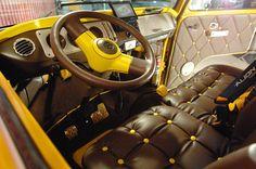Carro ganhou uma pintura amarela estilizada
