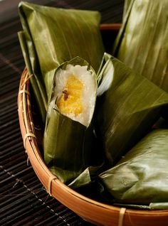 Kue Nagasari. wrapped in young banana leaves. 200g rice flour 30g sago flour 120g sugar 1/4 tsp salt 2 pandan leaves - tied together 800ml coconut milk (I mixed 500ml Kara coconut milk with water) pisang raja - steamed , peeled and halved