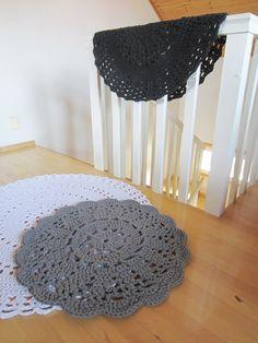 Tee-se-itse-naisen sisustusblogi: Crocheted Doily Rugs In Black, Grey And White