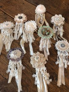 DIY Brooch - The Shabby Tree - - If you love accent items your going to love these brooches. Tissu Style Shabby Chic, Shabby Chic Flowers, Shabby Chic Crafts, Lace Flowers, Shabby Chic Decor, Fabric Flowers, Brooches Handmade, Handmade Flowers, Handmade Headbands
