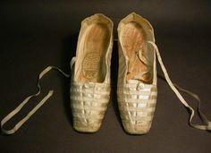 Par de zapatos de satén que usó la reina Victoria el día de su boda. Museo de Northampton.